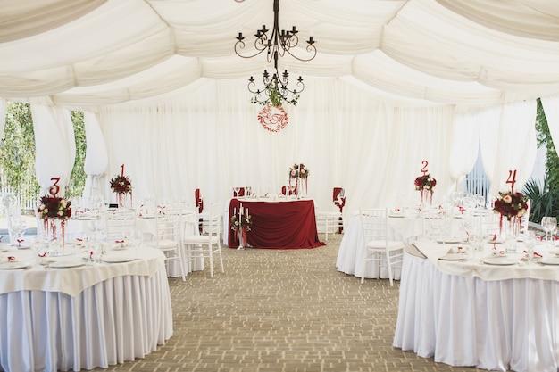 Feestzaal onder een tent voor een bruiloftsreceptie.