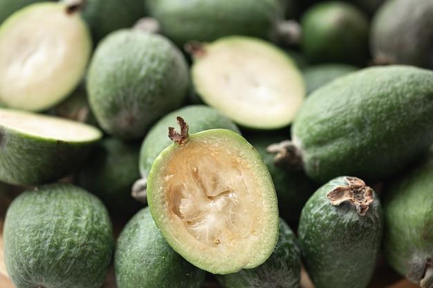 Feijoa groen fruit gewas uit tropische regio's. biologische gezonde voeding
