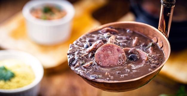 Feijoada, braziliaans eten, varkensvlees met bonen