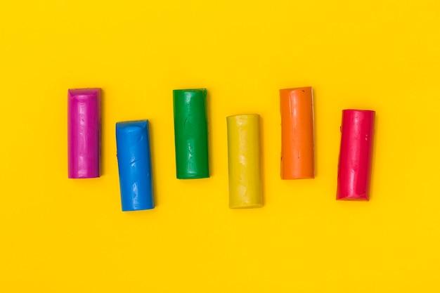 Fel gekleurde plasticine sticks
