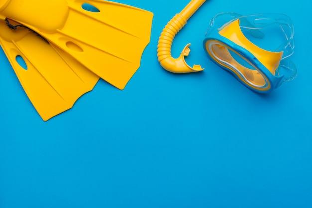 Fel gele zwemvliezen en duikbril