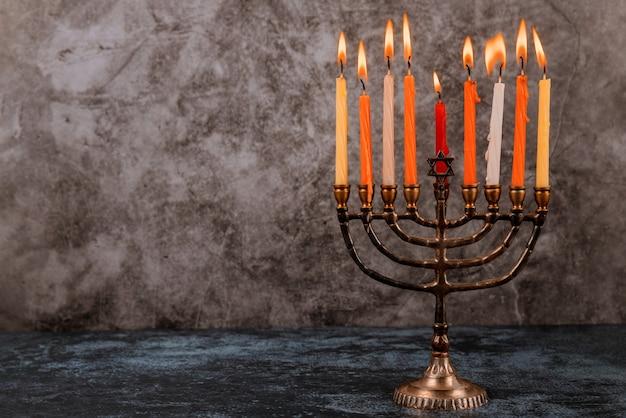 Fel gloeiende hanukkah menorah zachte focus