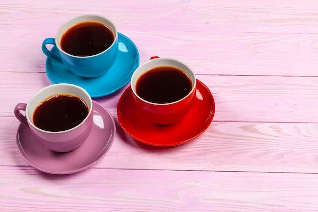 Felgekleurde samenstelling van koffiekopjes