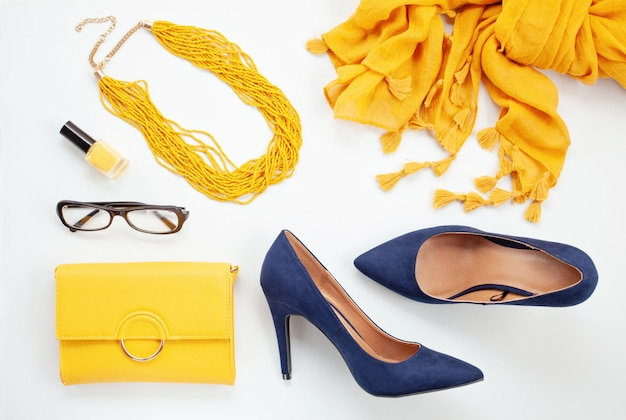 Felgele accessoires en blauwe schoenen voor meisjes en vrouwen. stedelijke mode, schoonheid blog concept