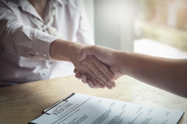 Felicitatie, hr handshakes om diegenen te feliciteren die zijn geselecteerd om met het bedrijf te werken
