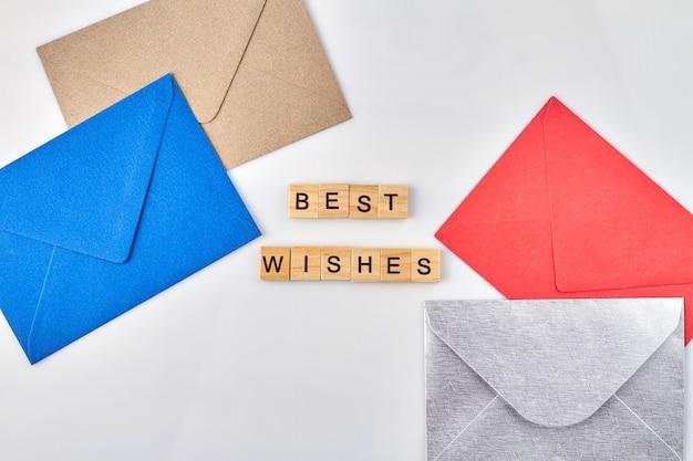 Felicitatie kaarten beste wensen concept. gekleurde enveloppen op witte achtergrond.