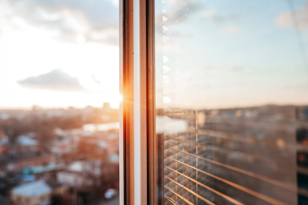 Felle avondzon in het open raam Premium Foto