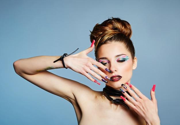 Felle kleuren, kleurrijke manicure en modieuze make-up