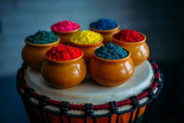 Felle kleuren voor indiase holi festival in potten van klei