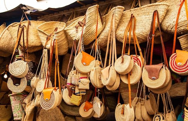 Felle leren tassen op de marokkaanse markt. handgemaakte souvenirs, fez, marokko.