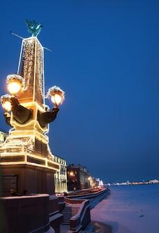 Felle lichten van een slinger op een prachtig monument in st. petersburg