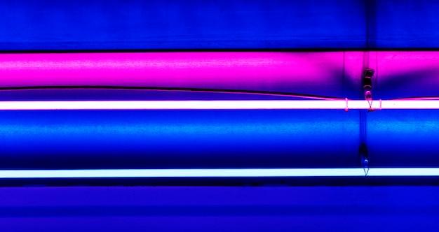Felle neonlichten aan het plafond