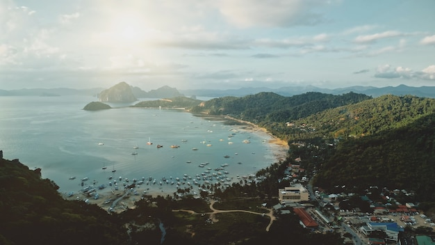 Felle zon op zee baai havenstad. vervoer over water van schepen, jachten, boten bij verbazingwekkende piercityscape