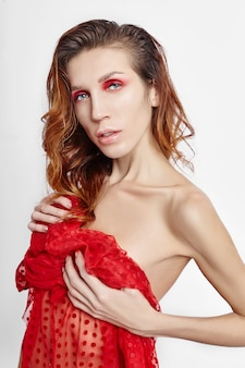 Felrode make-up op het gezicht van de vrouw, professionele natuurlijke cosmetica voor huidverzorging. heldere rode ogen make-up, mooie wenkbrauwen. meisje met nat haar op witte achtergrond