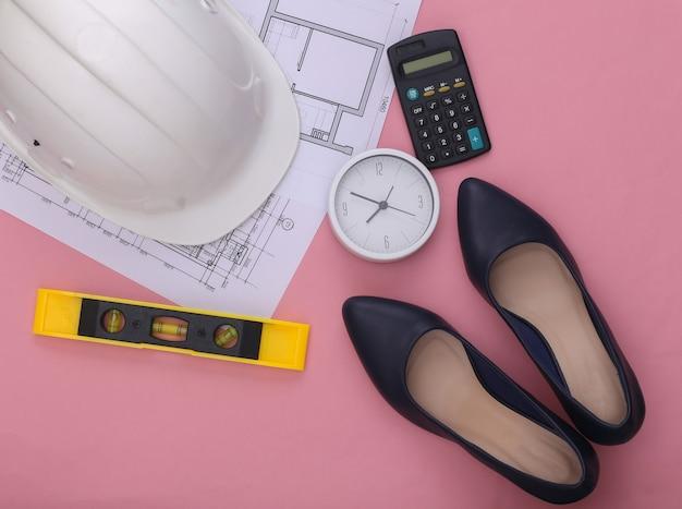 Feminisme, mannenwerk wordt gedaan door vrouwen. damesschoenen met hoge hakken, technische benodigdheden op roze. geslachtsgelijkheid
