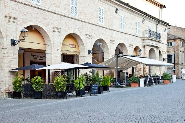 Fermo, italië - 23 juni 2019: zomerdag en utdoor restaurant.