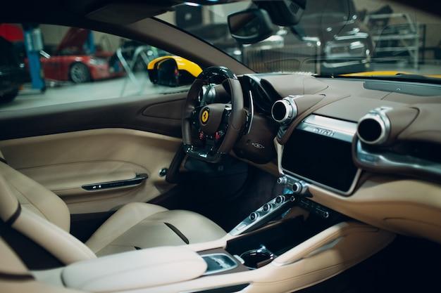 Ferrari lusso cockpit interieur gele kleur.