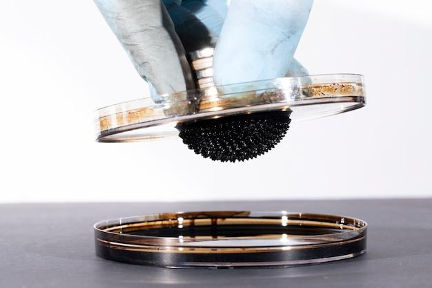 Ferromagnetische vloeibare substantie sterk gemagnetiseerd