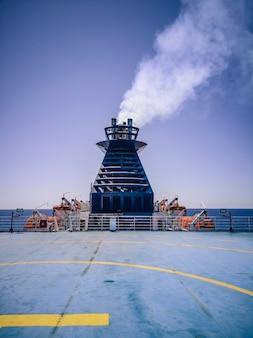 Ferry uitlaatgas tijdens een reis op zee