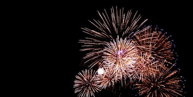 Festival en verjaardagsvuurwerk op zwarte hemel bij nacht
