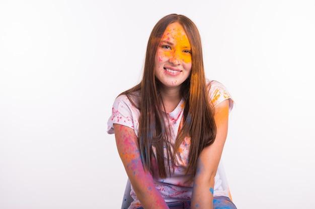 Festival van holi, vakantie en mensen concept - jonge vrouw vuil, glimlachend