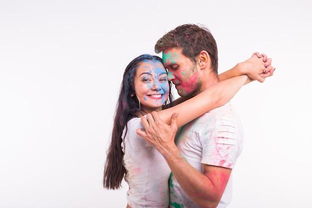Festival van holi, vriendschap - jongeren die met kleuren spelen op het festival van holi op een witte ondergrond