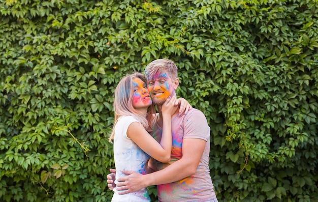 Festival van holi, vriendschap - jongeren spelen met kleuren op het festival van holi