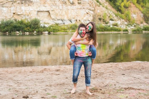 Festivalholi, zomertoerisme en natuurconcept - jonge aantrekkelijke meisjeszitting meeliften op haar