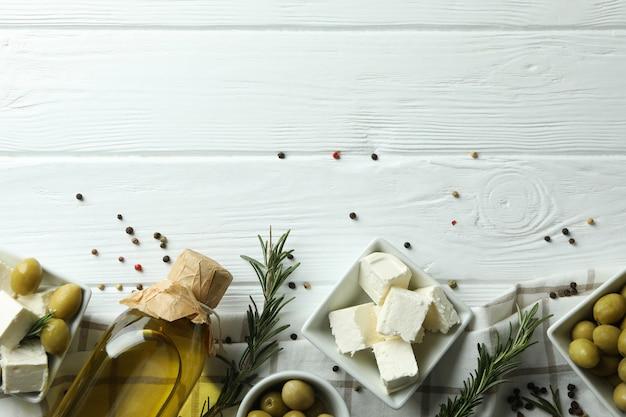 Fetakaas op witte houten oppervlak