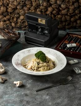 Fettuccine funghi op tafel