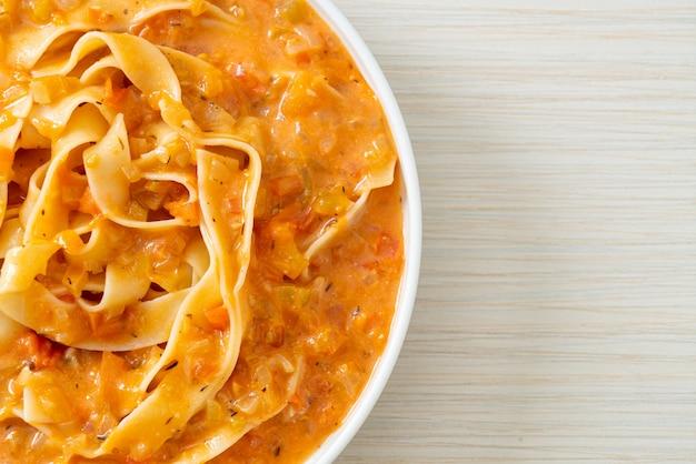 Fettuccine pasta met romige tomatensaus of roze saus