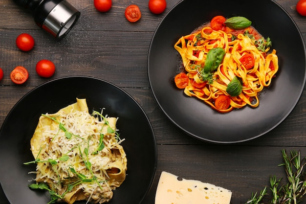 Fettuccine pasta met tomaten en kruiden, saus en basilicum