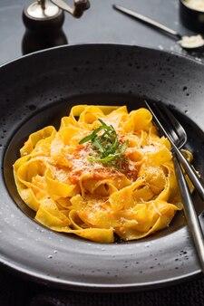 Fettuccine pasta met traditionele italiaanse passat saus en parmezaanse kaas