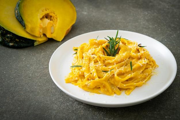 Fettuccine spaghetti pasta met butternut pompoen romige saus