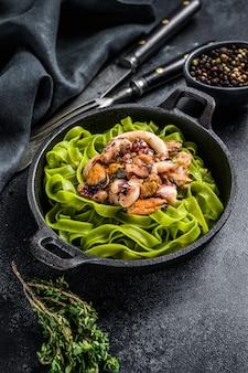 Fettuccine spinazie pasta met zeevruchten in roomsaus