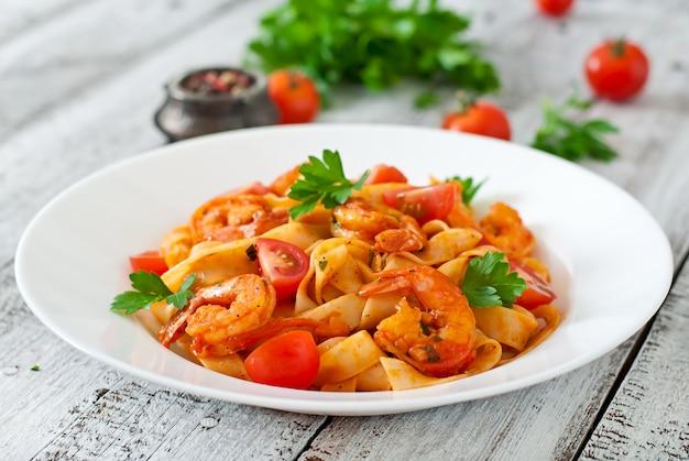 Fettuccinedeegwaren met garnalen, tomaten en kruiden