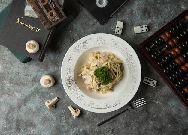 Fettucine met champignons en room bovenaanzicht