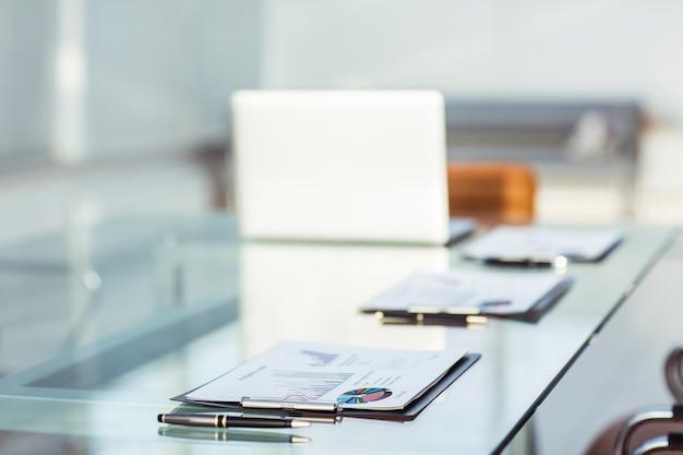 Ficloseup - financiële grafieken en documenten op de werkplek van de zakenman. de foto heeft een lege ruimte voor uw tekst