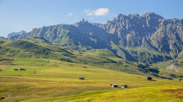Fie allo sciliar, zuid-tirol / itali - augustus 8: uitzicht op het platteland bij fie allo sciliar, zuid-tirol, italië op 8 augustus 2020