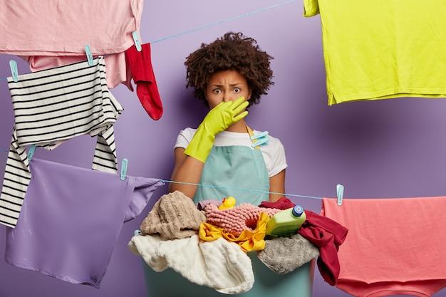 Fie, wat een stank! geschokt ontevreden etnische vrouwelijke huishoudster sluit neus
