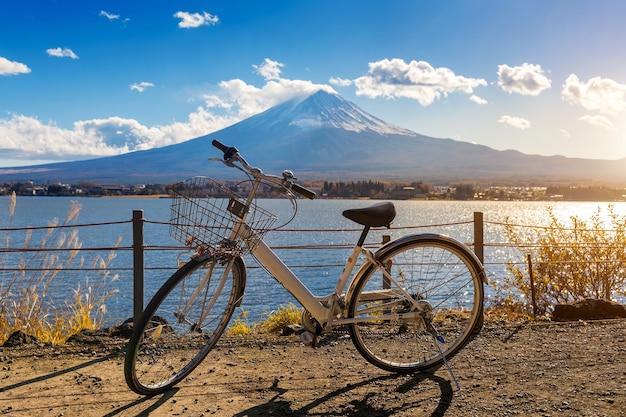 Fiets bij kawaguchiko en fuji-berg, japan.