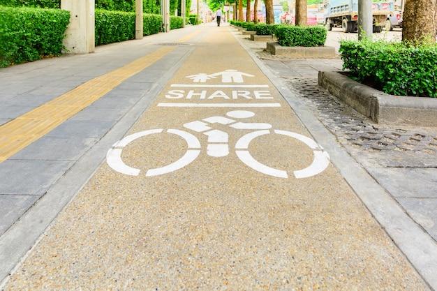Fiets en voetgangers lane, pijl en fiets teken op rijstroken weg, fiets rijstrook in de stad stre