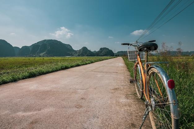 Fiets geparkeerd aan de kant van een weg tussen rijstterrassen in ninh binh, noord-vietnam