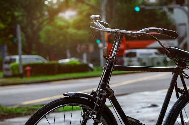 Fiets geparkeerd in de buurt van straat te huur. fietstocht in de stad singapore. milieuvriendelijk transport en een gezond levensstijlconcept. buiten activiteit. fiets te huur.