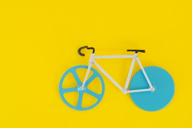 Fiets met blauwe wielen op felgeel