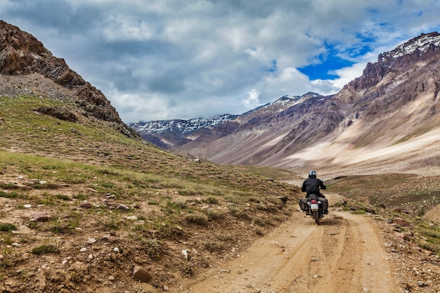 Fiets op bergweg in de himalaya