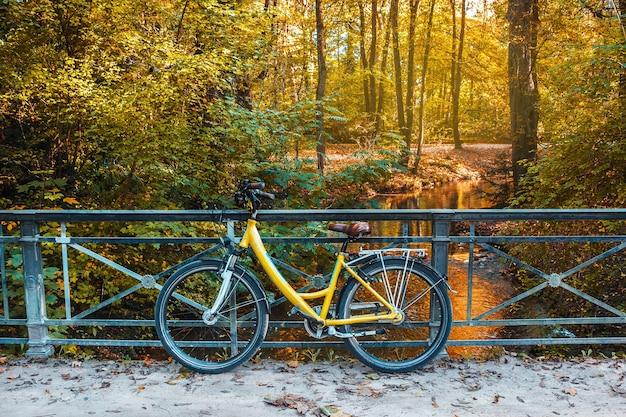 Fiets op de herfst park en rivier achtergrond weekend buitenwandeling