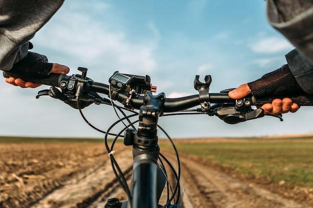 Fiets op de veldweg. uitzicht vanuit de ogen van fietsers.