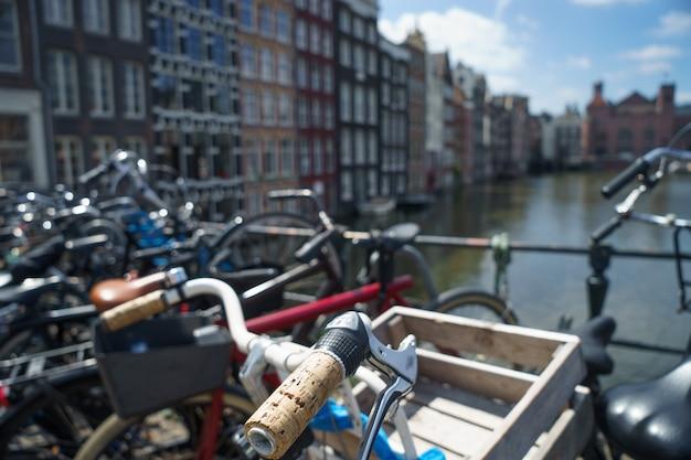 Fiets over wazig kanaal van amsterdam, vintage warme toon