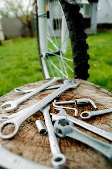 Fiets reparatie. hulpmiddelen, instrument om fiets te herstellen